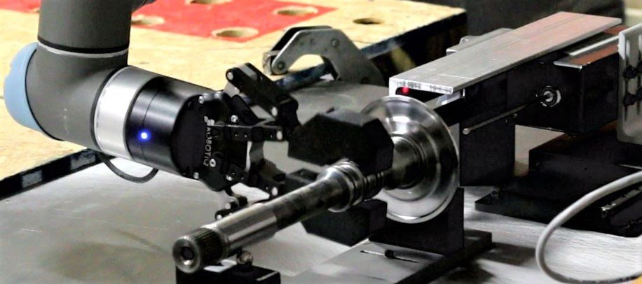 Example of automated high-precision inspection on the shop floor:  Automated shaft ID measurements with NOVACAM BOREINSPECT system integrated with Universal robot UR5 equipped with a Robotiq Gripper